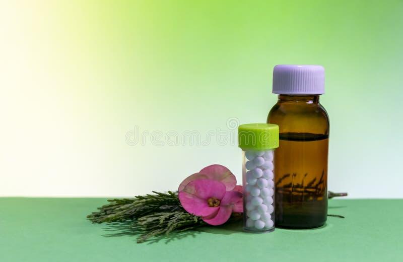 Concepto homeopático clásico - cierre encima de la imagen de la medicina homeopática con las píldoras del glóbulo y de la botella fotografía de archivo