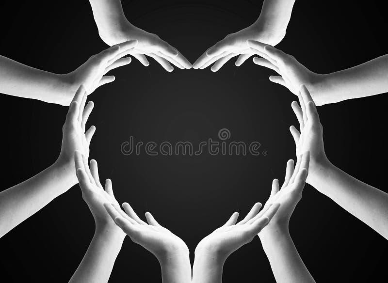 Concepto humano internacional del d?a de la solidaridad: Manos humanas colaborativas agrupadas en forma del coraz?n foto de archivo