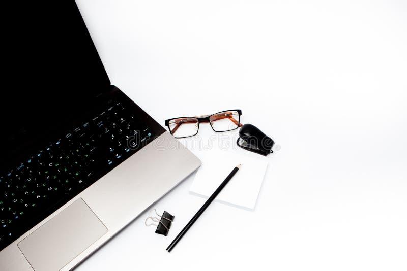 Concepto inmóvil, foto plana de la opinión superior de la endecha del ordenador portátil, lápiz, clips sujetados con grapa, de pa imagen de archivo libre de regalías