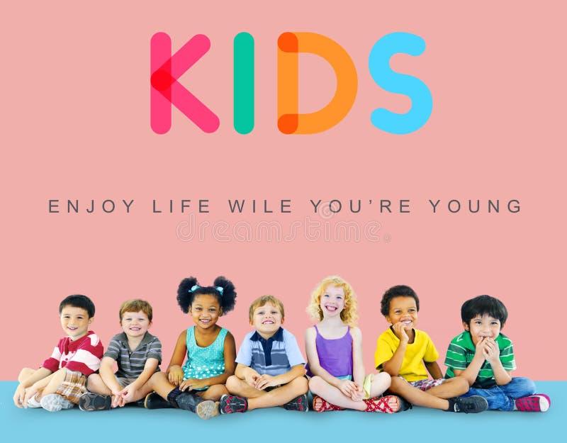 Concepto inocente de los jóvenes del niño de los niños de los niños imagenes de archivo