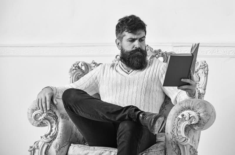 Concepto inteligente El científico, profesor en cara pensativa disfruta de la literatura El hombre con la barba y el bigote pasa  fotografía de archivo libre de regalías
