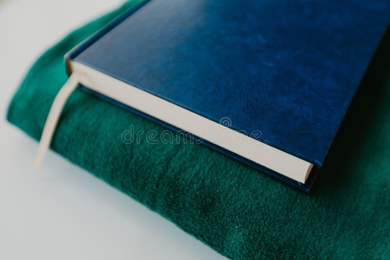 Concepto islámico - el Quran santo en una rogación mate - imagen foto de archivo