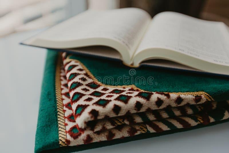 Concepto islámico - el Quran santo en una rogación mate - imagen fotos de archivo libres de regalías