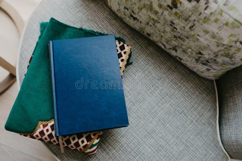 Concepto islámico - el Quran santo en una rogación mate - imagen imágenes de archivo libres de regalías