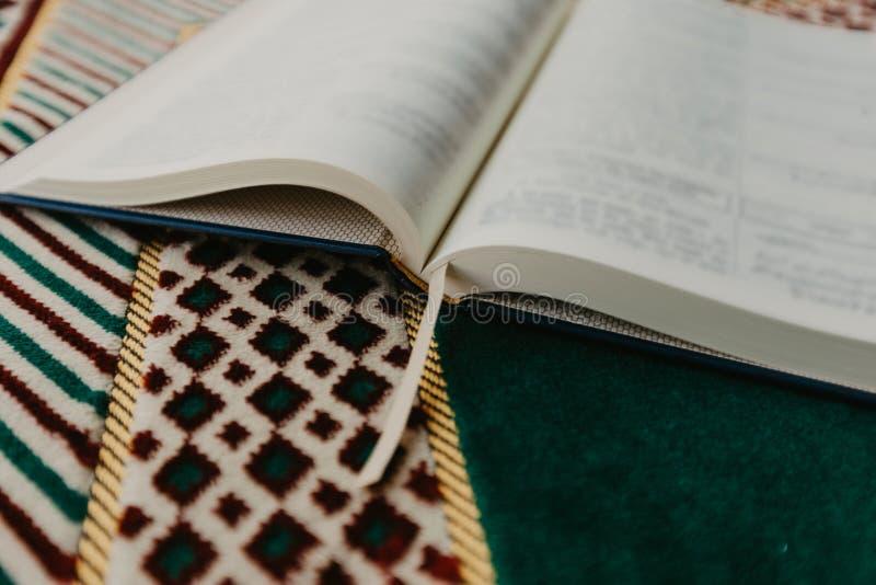 Concepto islámico - el Quran santo en una rogación mate - imagen fotos de archivo
