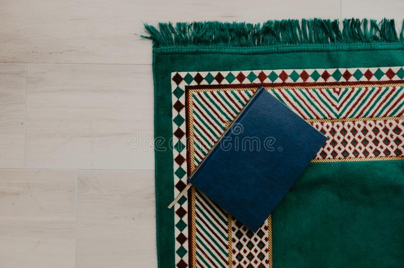 Concepto islámico - el Quran santo en una rogación mate - imagen fotografía de archivo