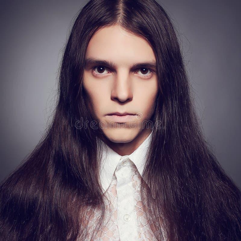 Concepto joven del príncipe Retrato pasado de moda del hombre gótico imagen de archivo