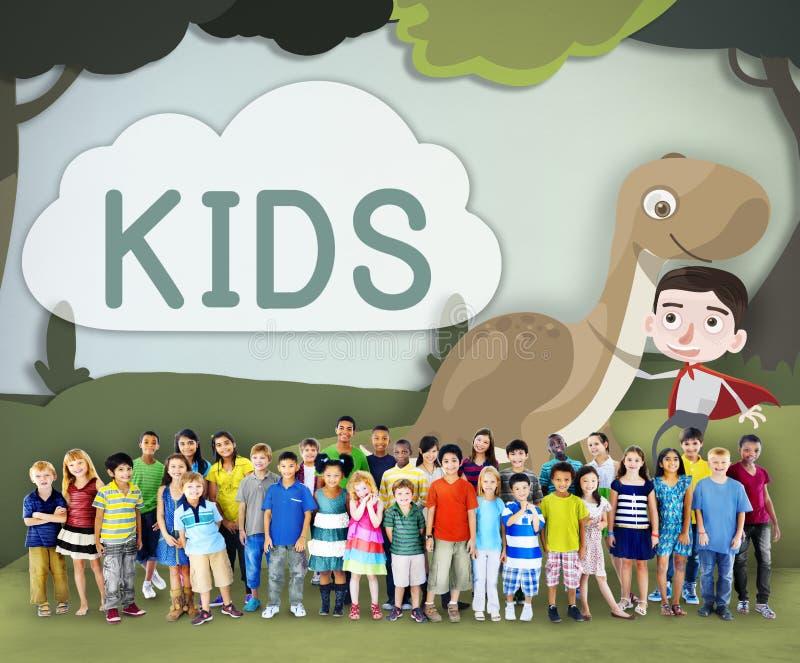 Concepto joven juguetón del disfrute de la niñez de los niños imagen de archivo