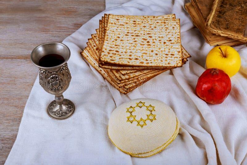 Concepto judío de la pascua judía del día de fiesta con el matzah, la placa del seder y la copa de vino en el fondo blanco de la  imágenes de archivo libres de regalías