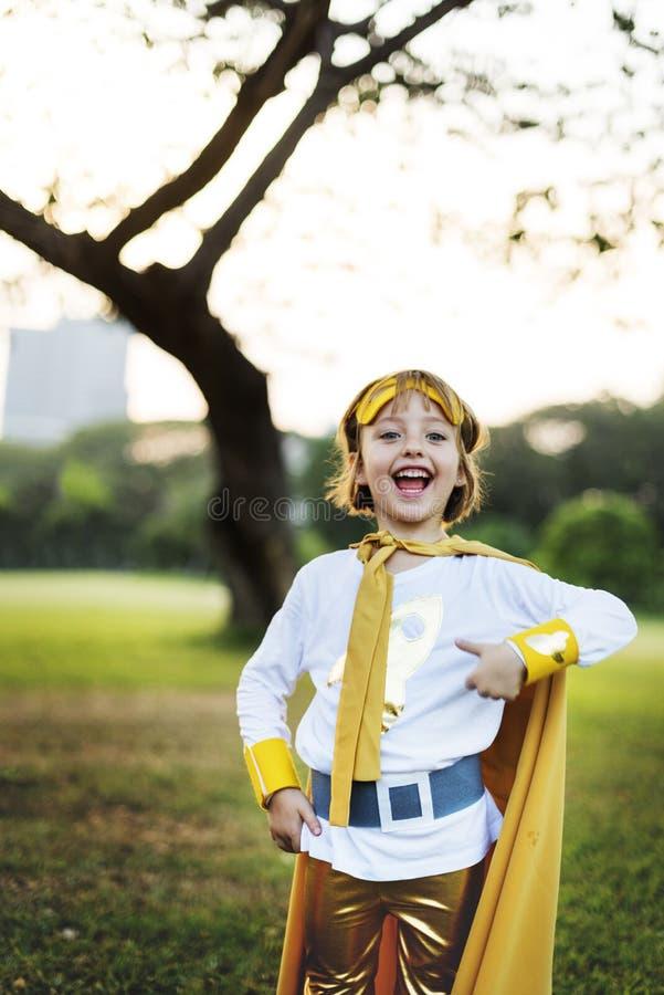 Concepto juguetón de la diversión linda de la felicidad de la muchacha del super héroe fotos de archivo libres de regalías