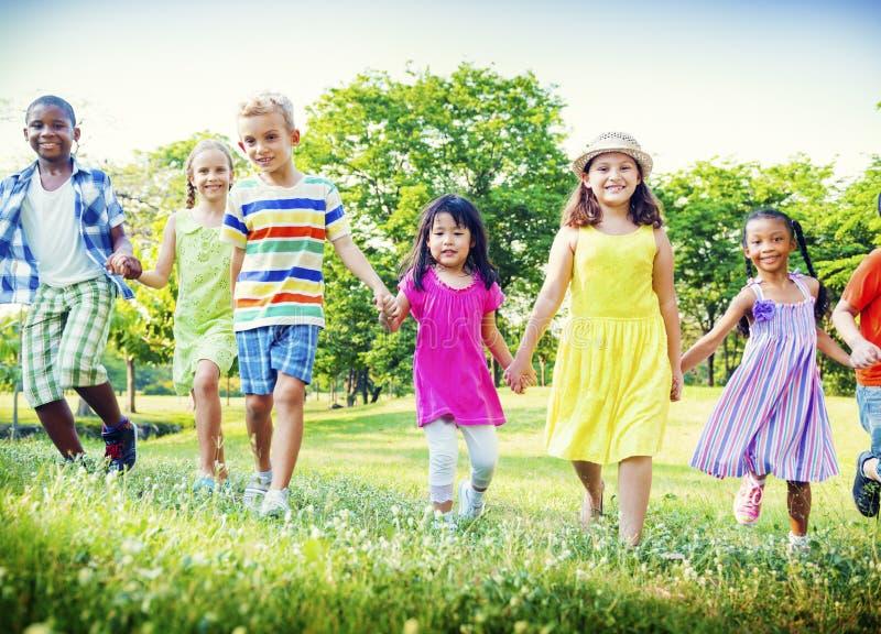 Concepto juguetón de la felicidad de Friendness de los amigos del parque de los niños fotografía de archivo