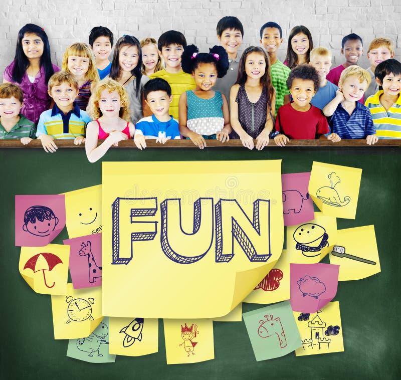 Concepto juguetón de la niñez del disfrute de la felicidad de los niños imagen de archivo