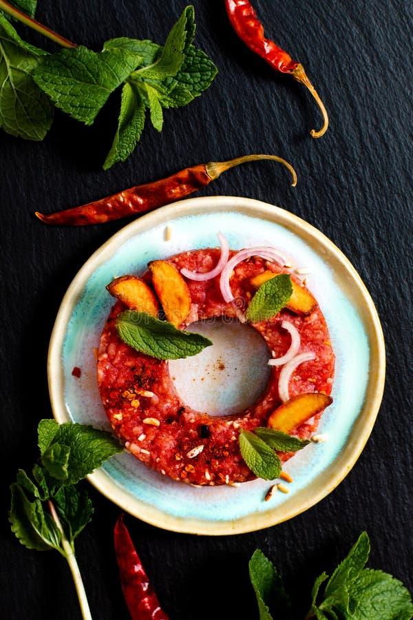 Concepto Larb crudo picante tailandés, estilo tailandés de la comida del tártaro de la carne de vaca en blac imagenes de archivo