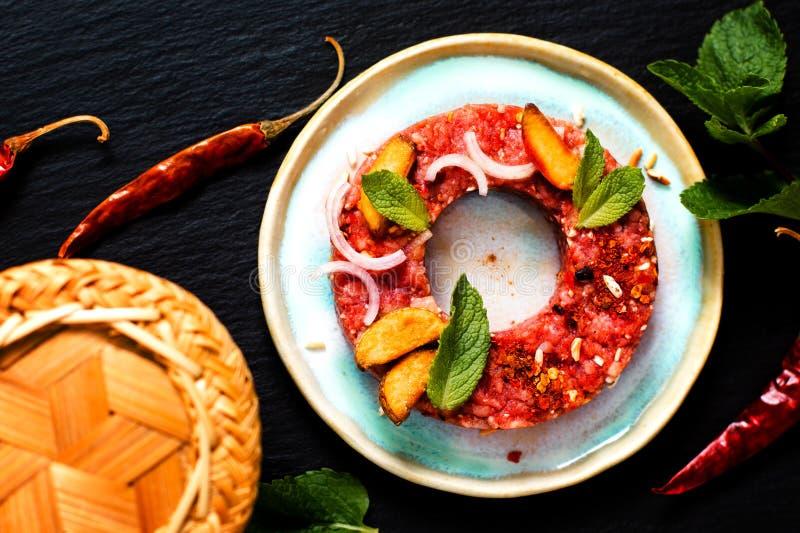 Concepto Larb crudo picante tailandés, estilo tailandés de la comida del tártaro de la carne de vaca en blac foto de archivo