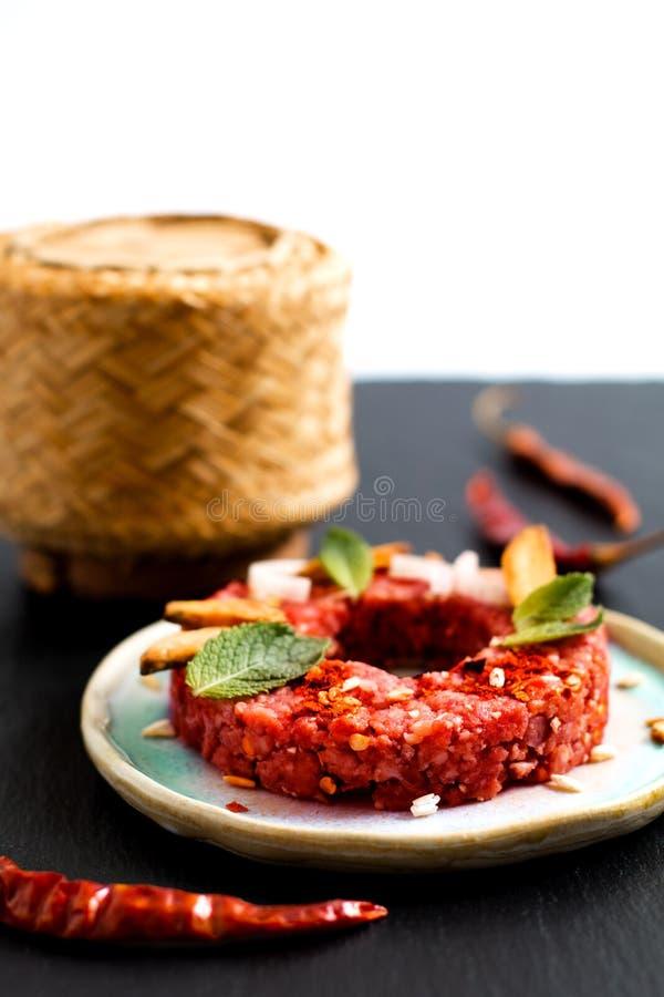 Concepto Larb crudo picante tailandés, estilo tailandés de la comida del tártaro de la carne de vaca en blac imagen de archivo