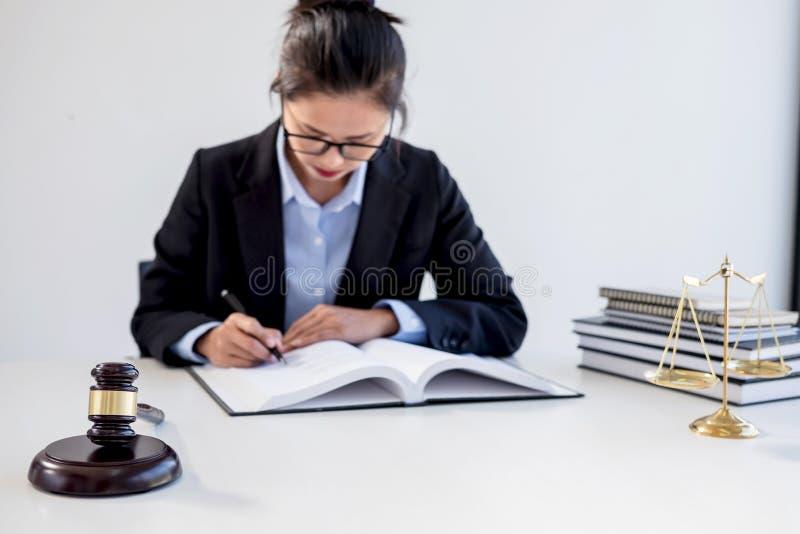 Concepto legal de la ley, del consejo y de la justicia, lawye femenino profesional imagenes de archivo