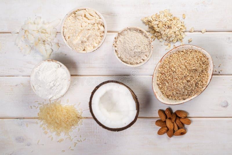 Concepto libre del gluten - selección de harinas y de ingredientes alternativos foto de archivo