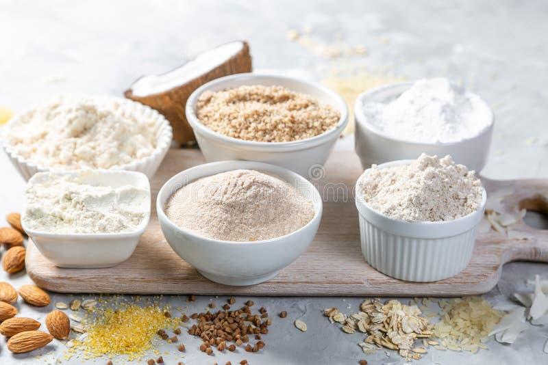 Concepto libre del gluten - selección de harinas y de ingredientes alternativos imagenes de archivo