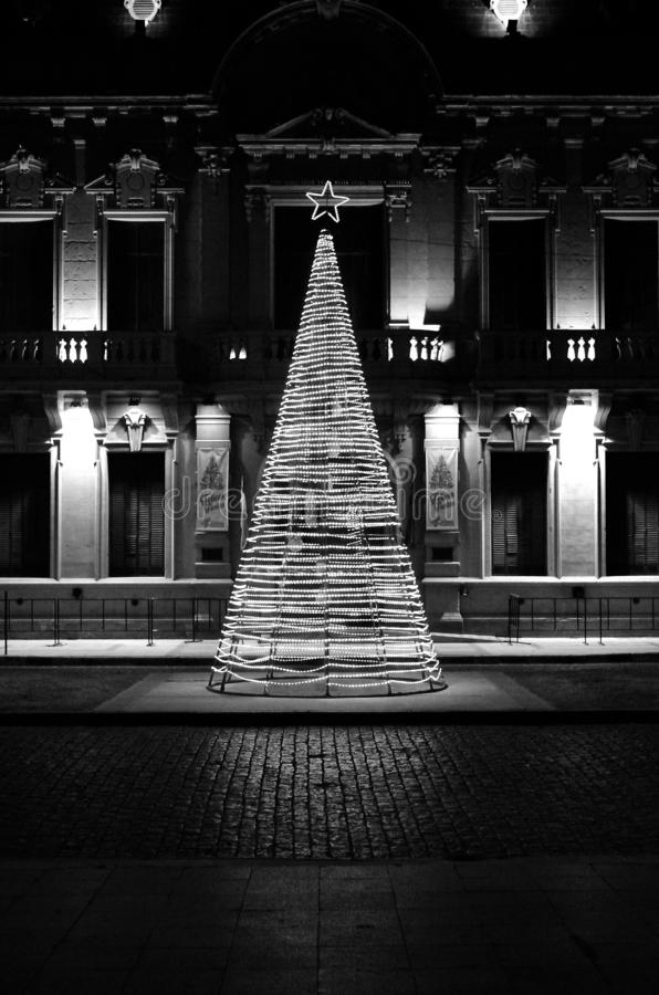 Concepto ligero del árbol de la Navidad en la región histórica clásica de Suramérica en blanco y negro foto de archivo