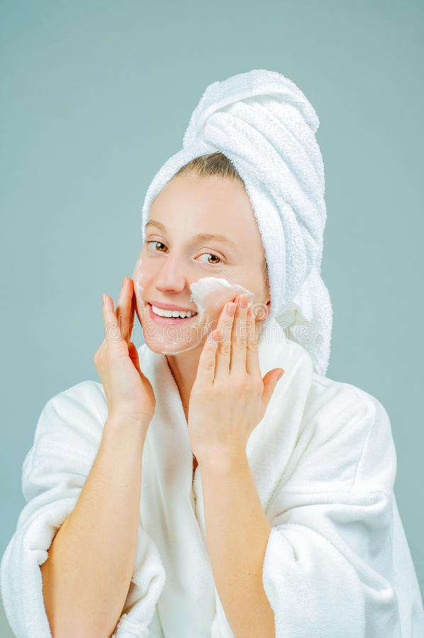Concepto limpio fresco perfecto de la piel Mujer hermosa joven que se lava la cara imagen de archivo