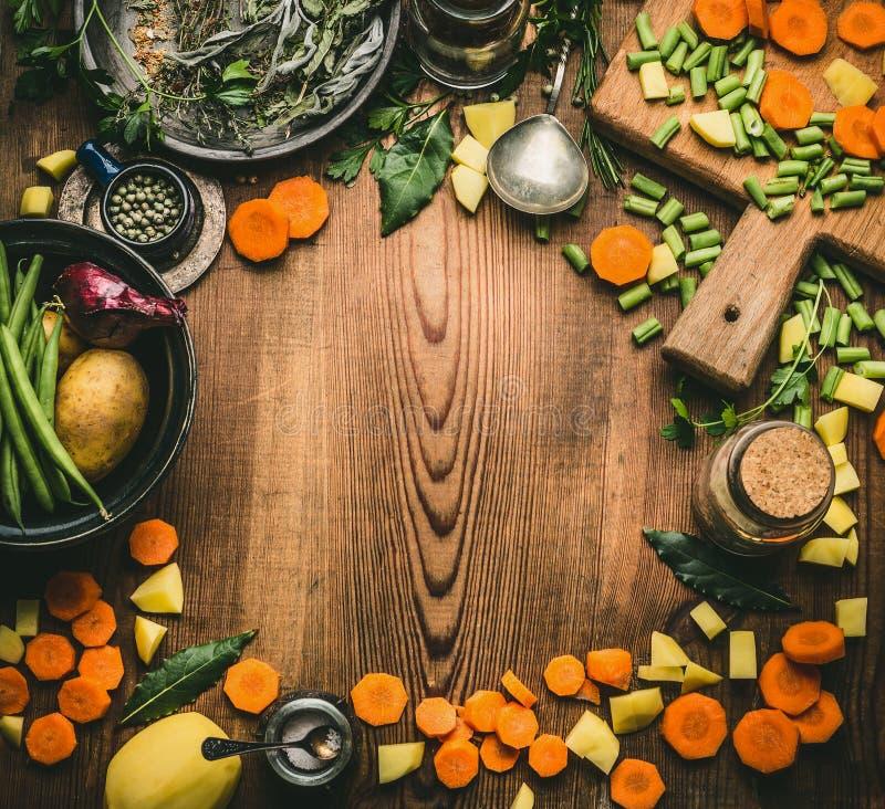 Concepto limpio sano el cocinar y de la consumición Tabla de cocina desde arriba con los diversos ingredientes: verduras, hierbas imagen de archivo libre de regalías