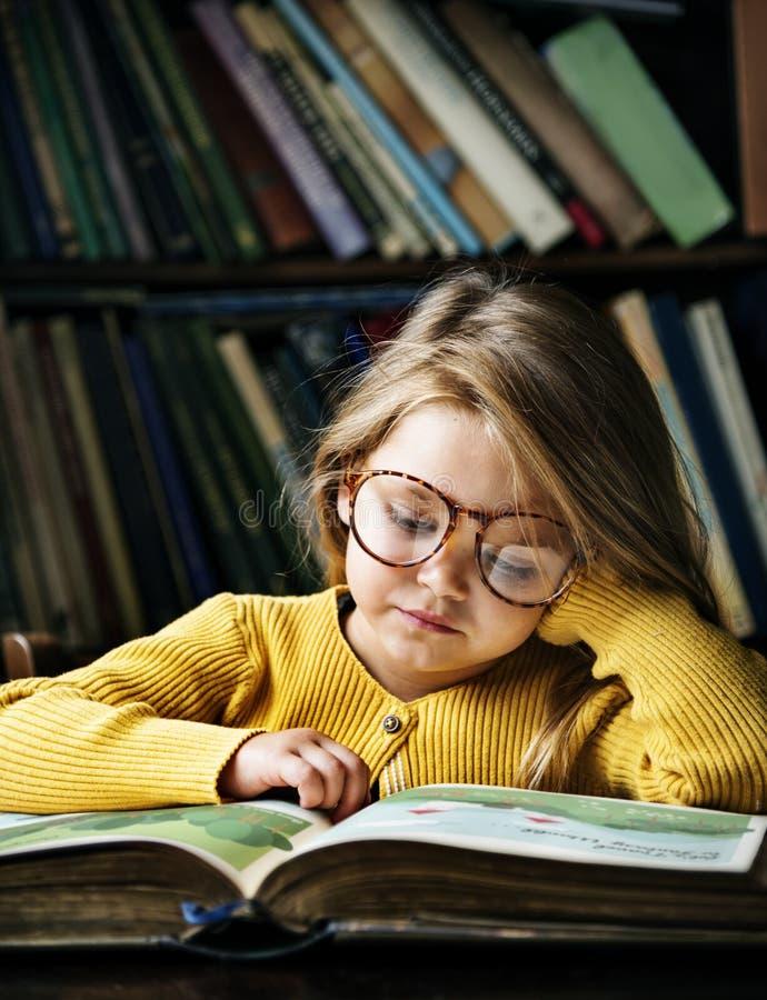 Concepto lindo adorable de la narración de la lectura de la muchacha foto de archivo libre de regalías