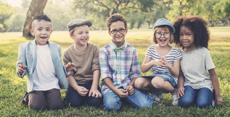 Concepto lindo alegre de los niños de los amigos de los niños casuales fotos de archivo