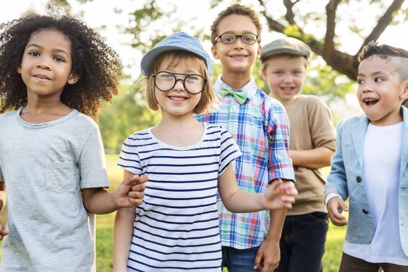 Concepto lindo alegre de los niños de los amigos de los niños casuales fotografía de archivo