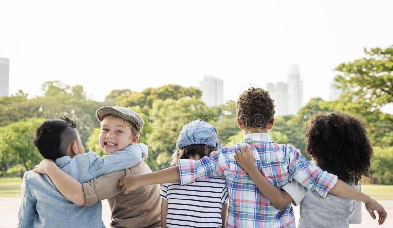 Concepto lindo alegre de los niños de los amigos de los niños casuales fotografía de archivo libre de regalías