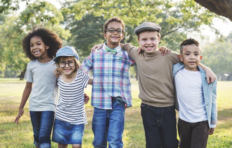 Concepto lindo alegre de los niños de los amigos de los niños casuales imágenes de archivo libres de regalías