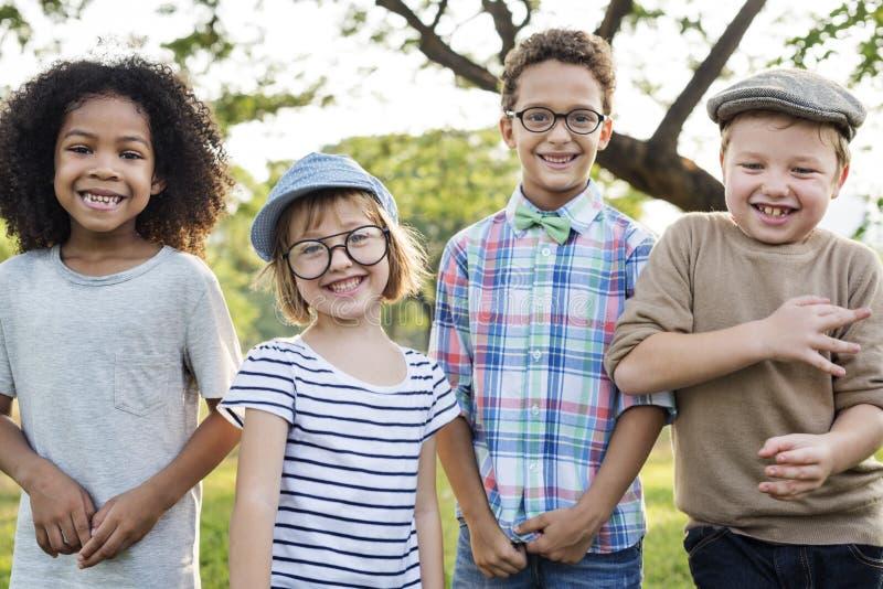 Concepto lindo alegre de los niños de los amigos de los niños casuales foto de archivo