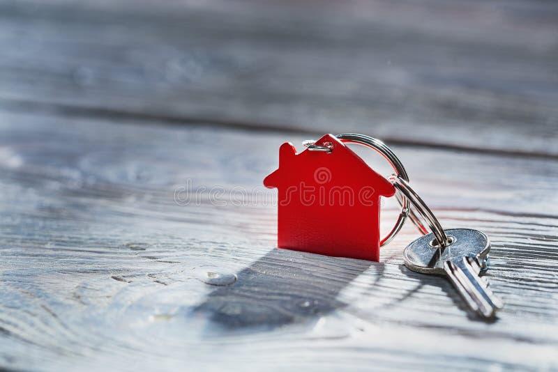 Concepto, llavero y llaves de las propiedades inmobiliarias en fondo de madera imágenes de archivo libres de regalías