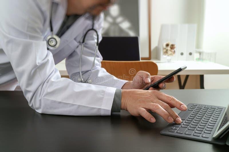 Concepto médico de la tecnología Doctor que trabaja con el teléfono elegante y imagen de archivo libre de regalías