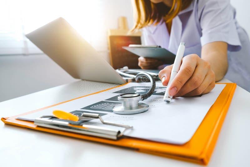 Concepto médico de la tecnología funcionamiento del doctor foto de archivo