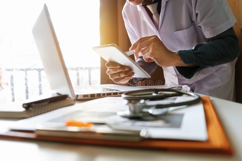 Concepto médico de la tecnología funcionamiento del doctor imágenes de archivo libres de regalías