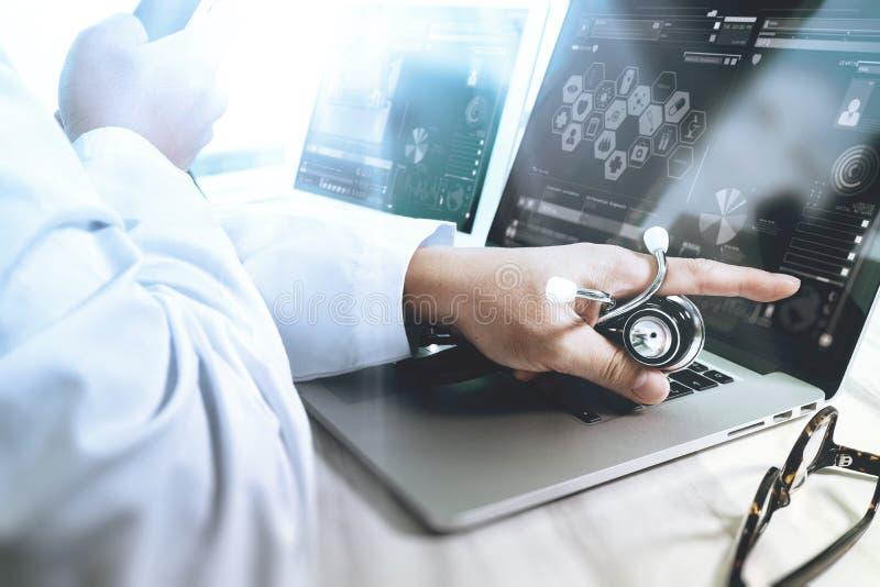 Concepto médico de la tecnología Mano del doctor que trabaja con digi moderno foto de archivo