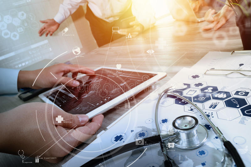 Concepto médico del trabajo en equipo, doctor que trabaja con el teléfono elegante y el empuje imagen de archivo