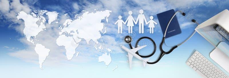 Concepto médico internacional del seguro del viaje, estetoscopio, pasaporte, ordenador, forma de la familia y aeroplano en fondo  imagen de archivo