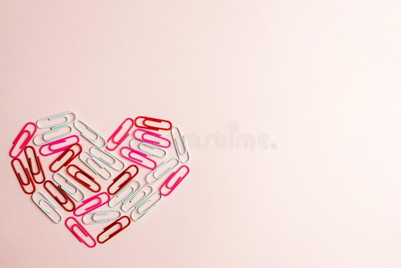 Concepto mínimo El símbolo del corazón hecho de los efectos de escritorio acorta en fondo rosado Endecha plana, visión superior libre illustration