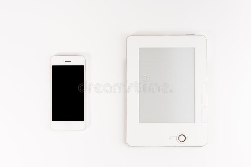 Concepto móvil de la biblioteca de la lectura y de la literatura: libro con smartphone de la pantalla en blanco y de la pantalla  fotos de archivo libres de regalías