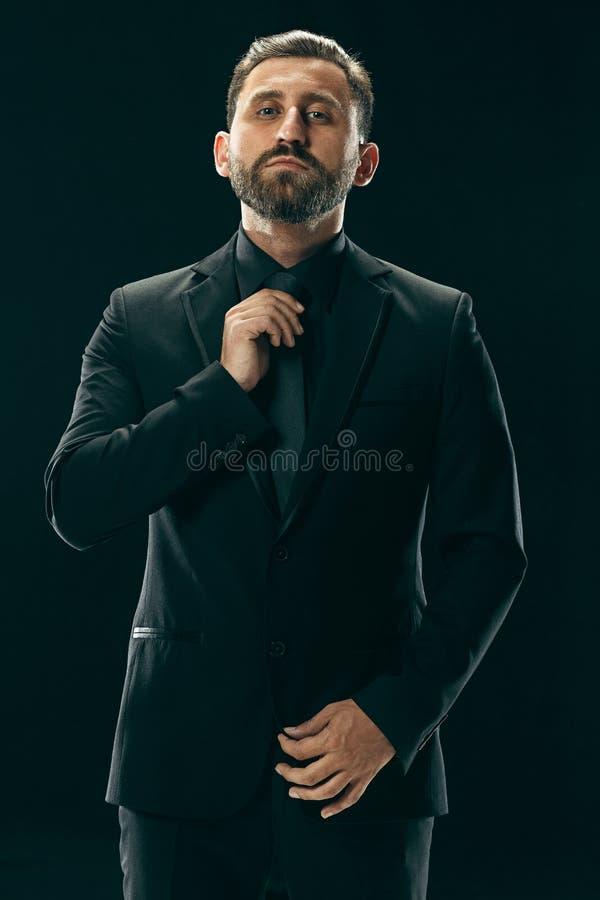Concepto masculino de la belleza Retrato de un hombre joven de moda con el corte de pelo elegante que lleva el traje de moda que  imagenes de archivo