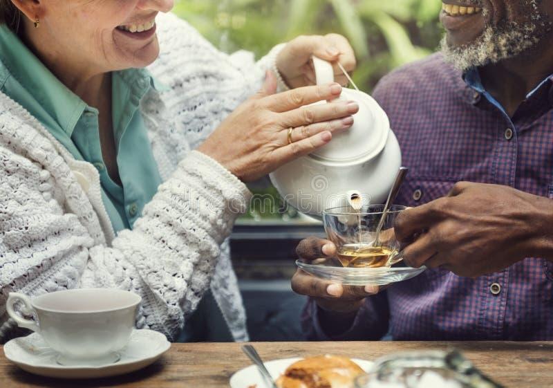 Concepto mayor casual del ocio del té de tarde más viejo fotografía de archivo