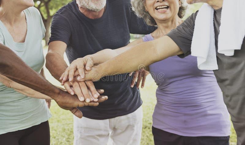 Concepto mayor jubilado ajuste sano de la forma de vida del ejercicio imagen de archivo