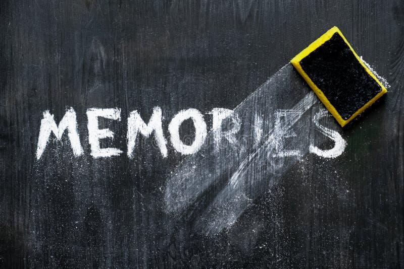 Concepto mental de los problemas: memorias de la palabra escrita de la mano 'limpiadas apagado el fondo de madera negro foto de archivo