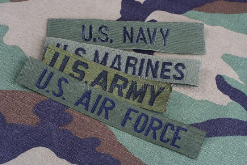 Concepto MILITAR de los E.E.U.U. con las cintas de la rama en el uniforme del camuflaje del arbolado imágenes de archivo libres de regalías