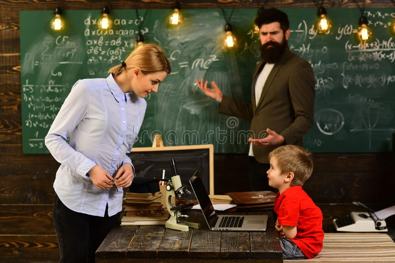Concepto moderno de la tecnología del estudio, profesor particular que se sienta al lado del escritorio durante lecciones privada fotografía de archivo libre de regalías