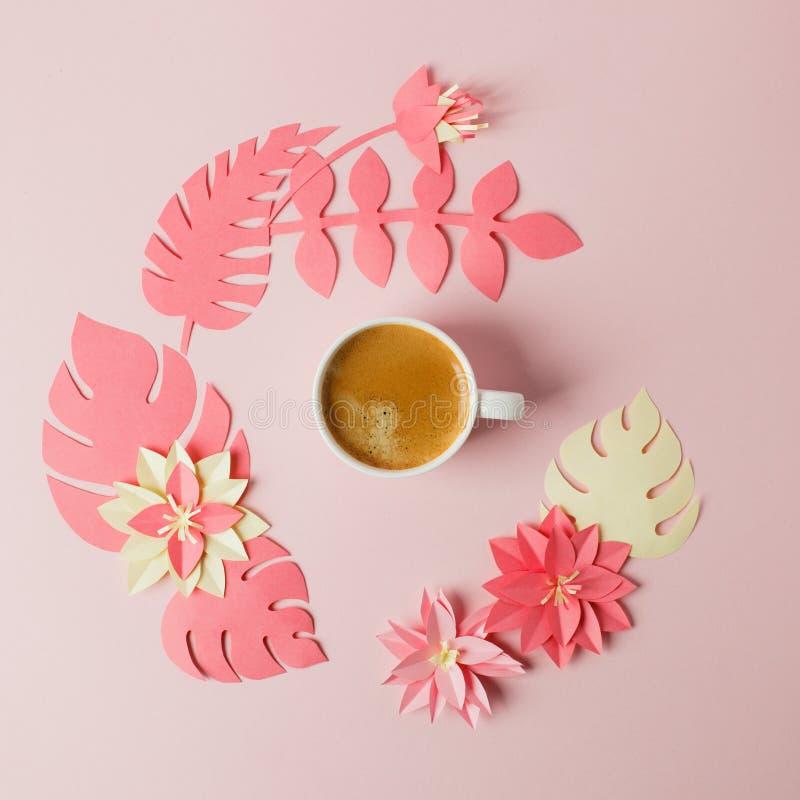 Concepto moderno del desayuno romántico de la mañana - taza de café express del café y flores y plantas del papercraft de la papi imagenes de archivo