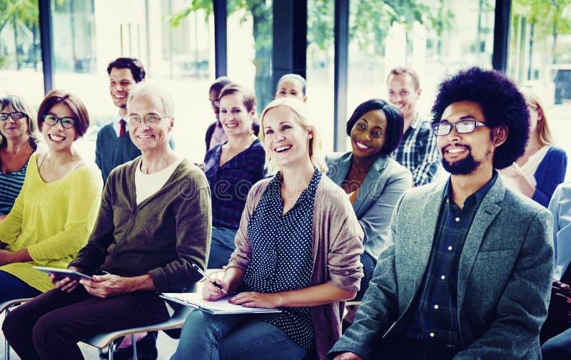 Concepto multiétnico de la sala de reunión del entrenamiento del seminario del grupo imagenes de archivo