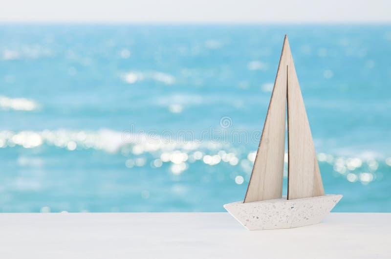 concepto náutico con el barco blanco sobre fondo tropical del paisaje del mar fotos de archivo libres de regalías