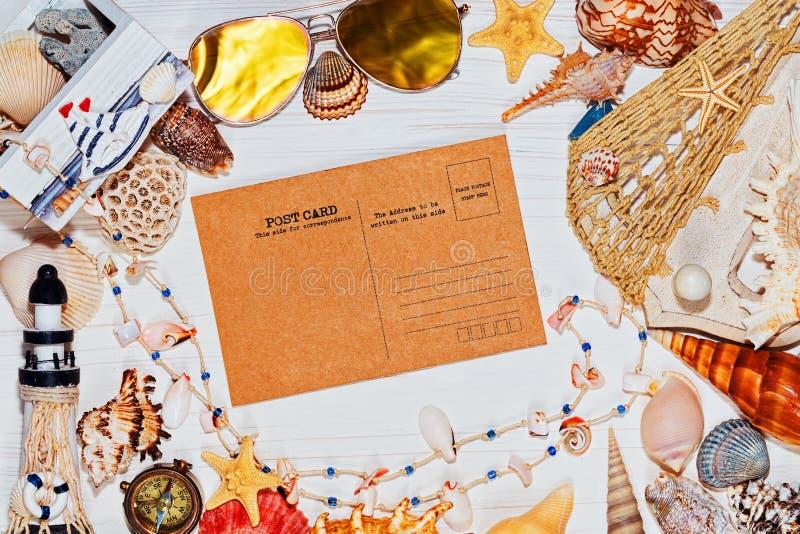 Concepto náutico con las cáscaras del mar y la postal retra imagenes de archivo